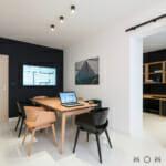 Модерен офис в черно, бяло и дърво