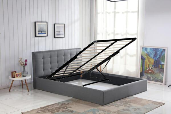 Сиво тапицирано легло в повдигащ механизъм