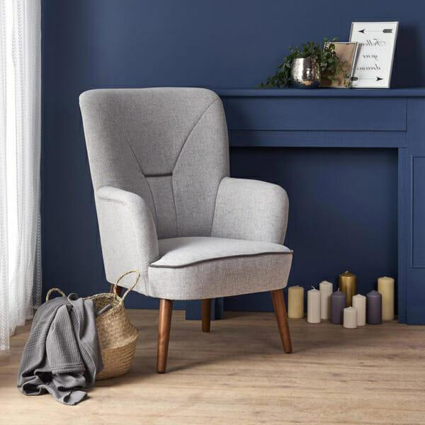 Сиво текстилно кресло с дървени крака и висока облегалка - интериор