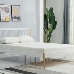 Стоманено легло в бял и естествен цвят в скандинавски стил