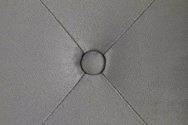 Сиво тапицирано легло - детайл