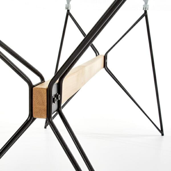 Трапезна маса със стъклен плот и основа от метал и дърво - основата