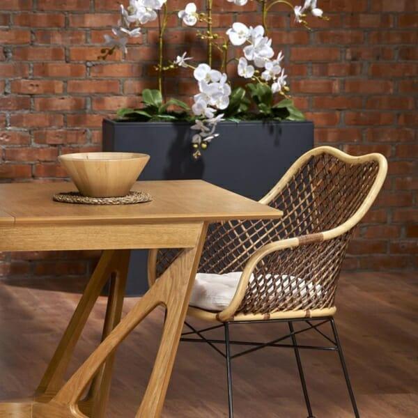 Луксозна дървена маса с уникална основа - близка
