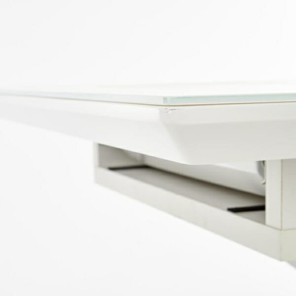 Разтегателна трапезна маса със стъклен плот в бяло - плота
