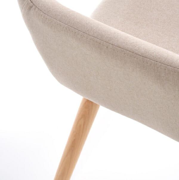 Тапициран стол с подлакътници и дървена основа (3 цвята)-бежов детайл