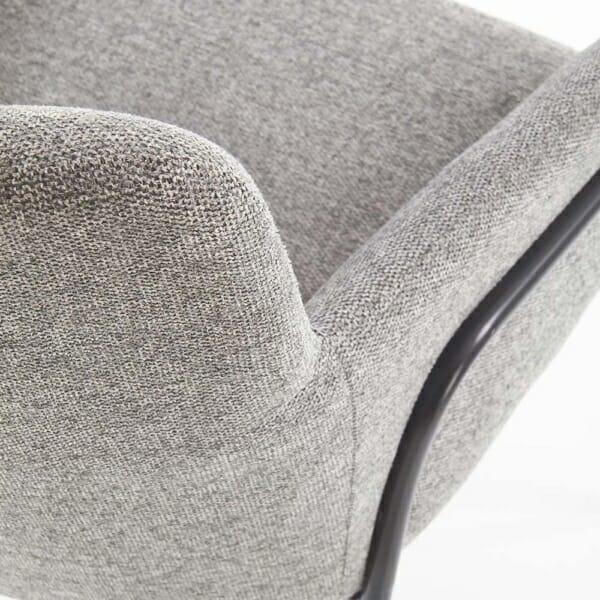 Тапициран трапезен стол с подлакътници в сив цвят-детайл