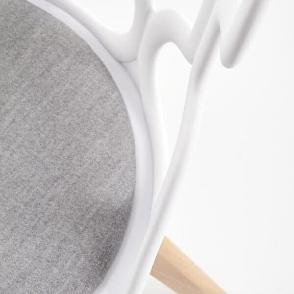 Трапезен стол в бяло и сиво с нестандартна визия-детайл