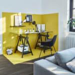 Работен кът визуално отделен с жълта боя за стена