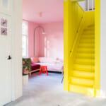 Визуално отделено общо пространство и стълбище с боя в ярък цвят