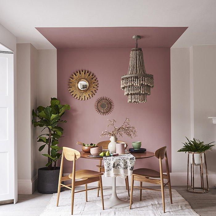 Трапезария с акцент розова боя на таван и стена