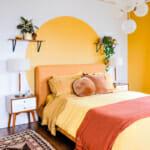 Спалня с акценти в жълто и бяло