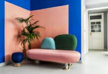 Кът за почивка интересно отделен с боя за стена