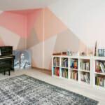 Всекидневна с декорация за стена с боя и геометрични елементи
