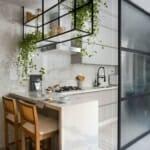 Кухня с плъзгаща врата и барплот в бяло