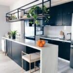 Модерен барплот в черно-бяла кухня