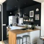 Кухня в черно и бяло с дървен барплот