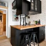 Малка кухня с барплот в черно, бяло и дърво
