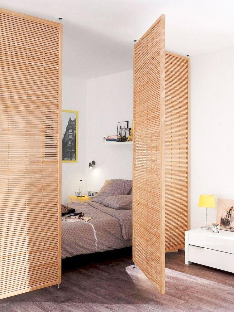 Подвижни панели от дърво, които разделят спалня от хол в едноспален апартамент