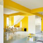Светла и голяма всекидневна с трапезария с акценти в жълто