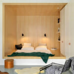 Минималистична спалня с дървена ламперия