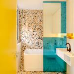 Баня с вана в бяло, жълто и тюркоаз