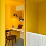 Минималистичен офис в жълто и бяло