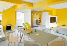 Отворен план в апартамент с интериор в жълто и бяло