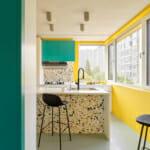 Кухня с акценти в жълто, мозайка и тюркоаз