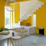 Две нива в дом с отворен план в жълто с шарена мозайка