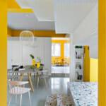 Трапезария с акценти в жълто, бяло и цветна мозайка
