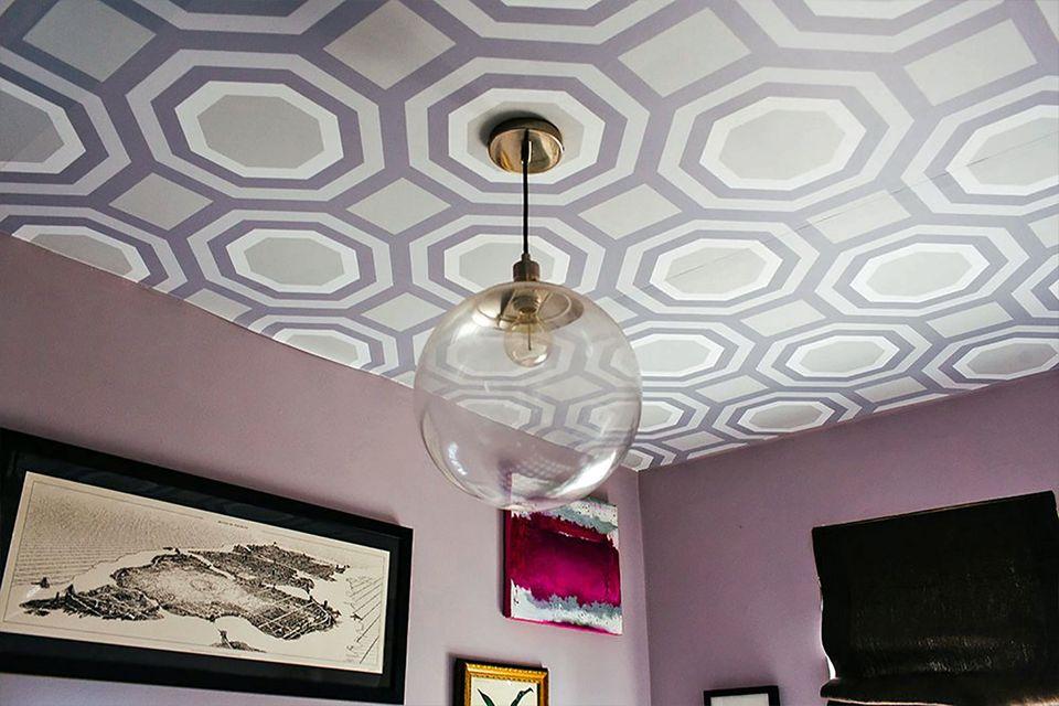 Нетипични осветителни тела: Стъклена сфера в комбинация с тапет на тавана