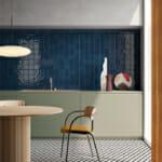 Кухня с преобладаващо синьо и бежово