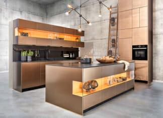 Модерна кухня с красиво осветление в земни тонове