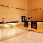 Блестящи метални шкафове в цвят мед и черно