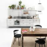 Метални шкафове и дърво в кухнята