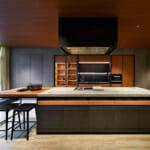 Кухня от мрамор и дърво