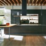 Тъмни кухненски шкафове съчетани с дърво