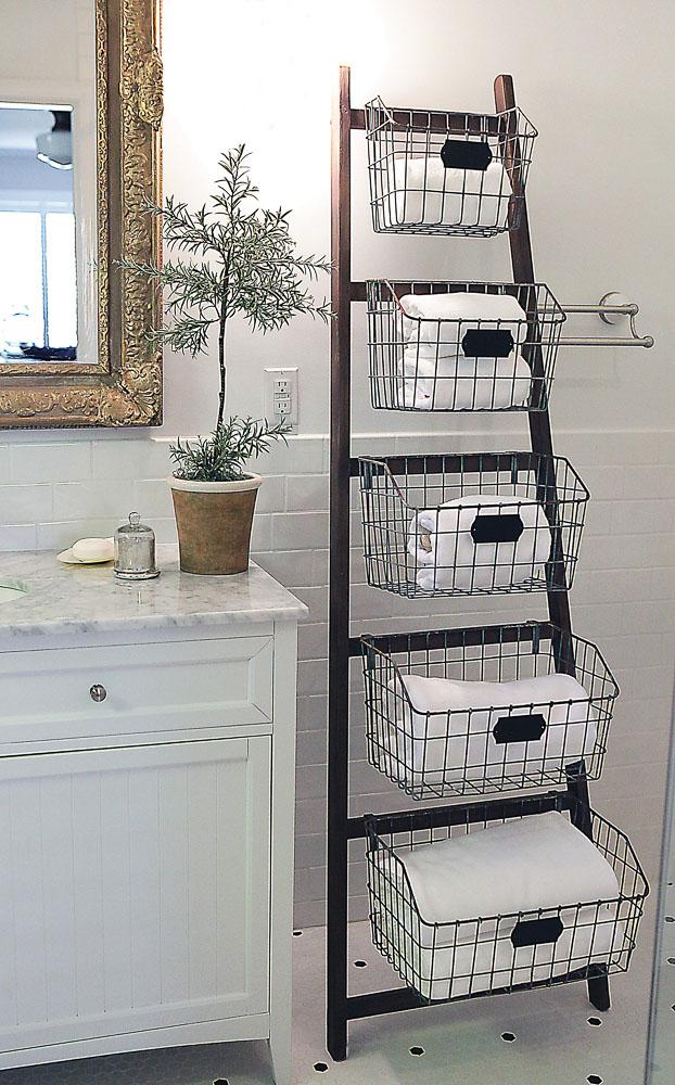 Телени кошници закачени по стълбата за допълнително съхранение в банята