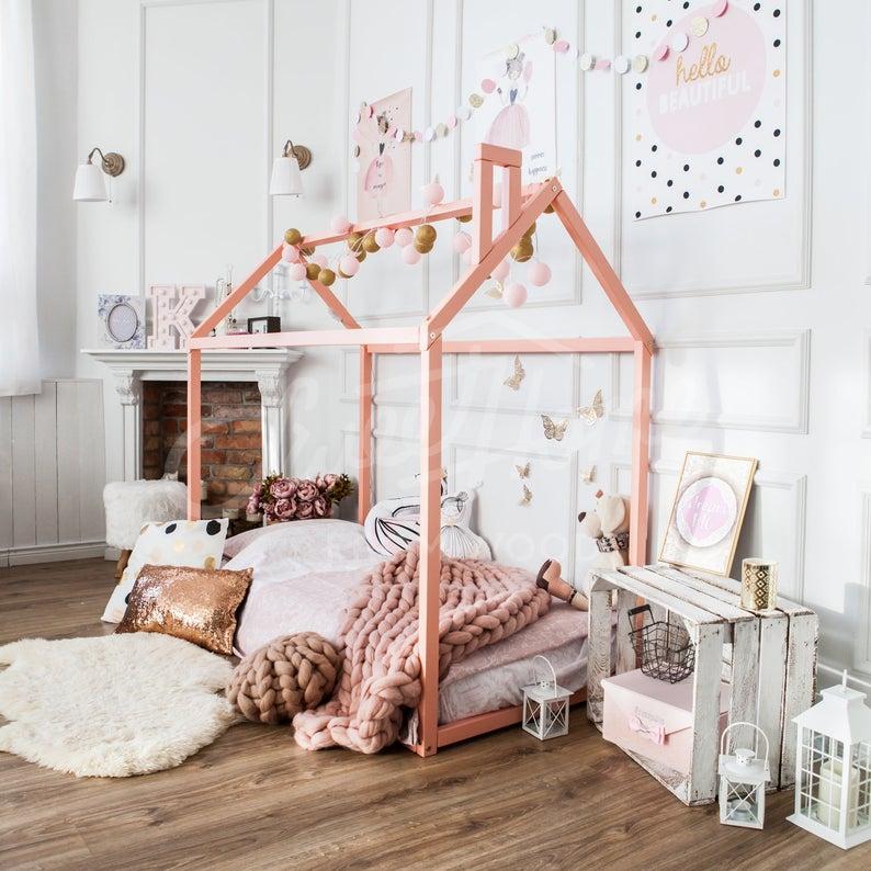 Очарователна детска стая, декорирана в розово и злато