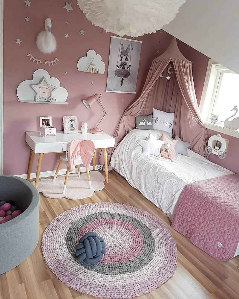 Момичешка стая в розово и бяло