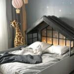 Детска стая с жирафче
