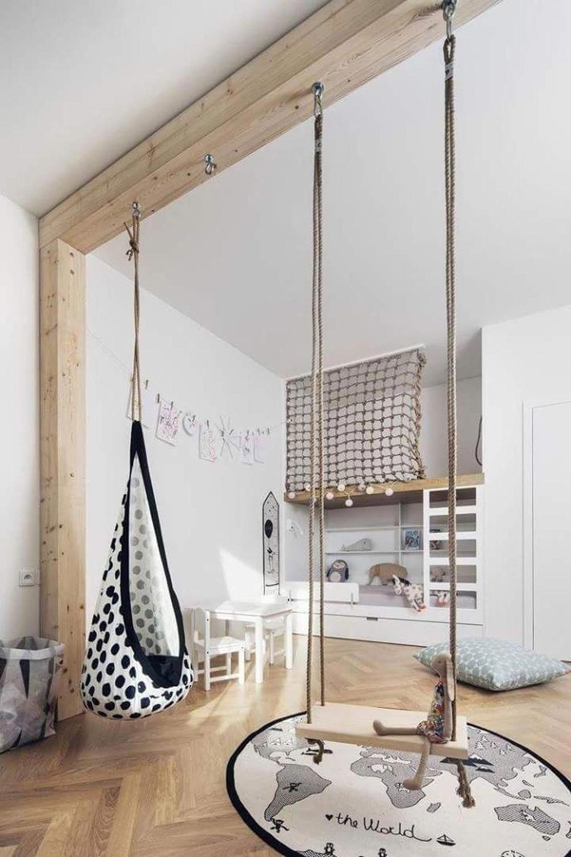 Детска стая с люлка, висяща от таван
