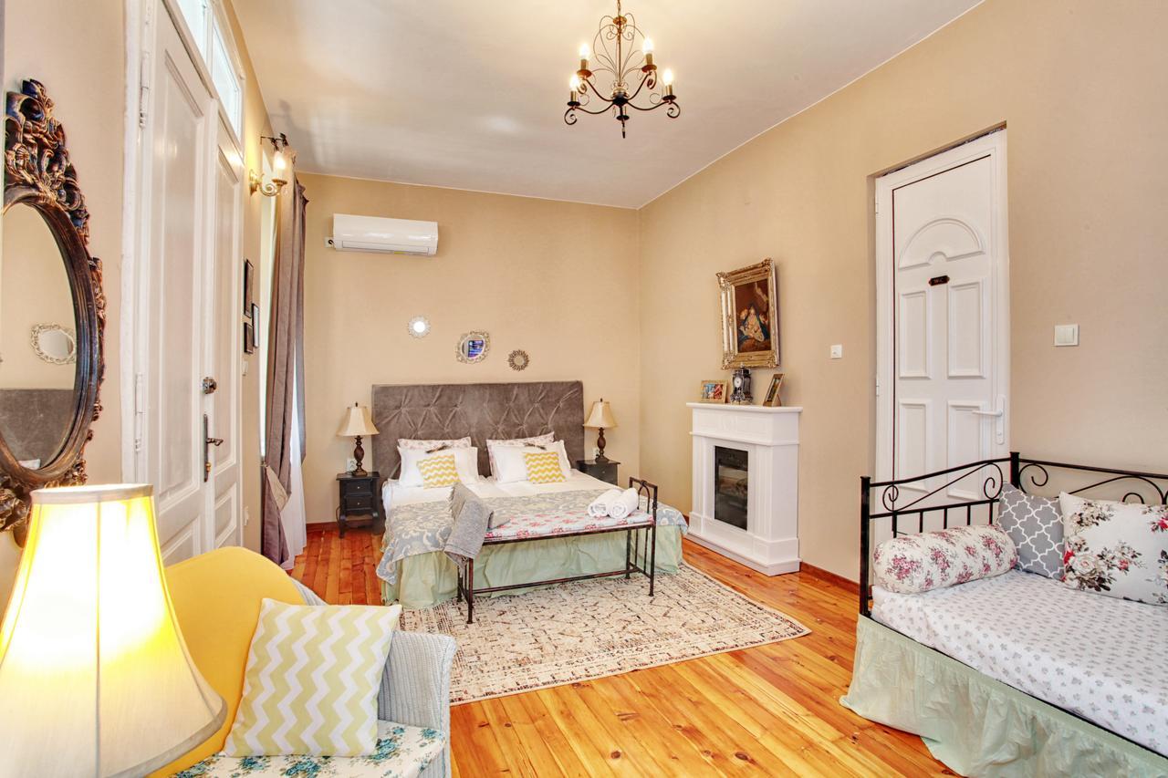 Guest House Sahat Tepe -спалня в романтичен стил с двойно и единично легло