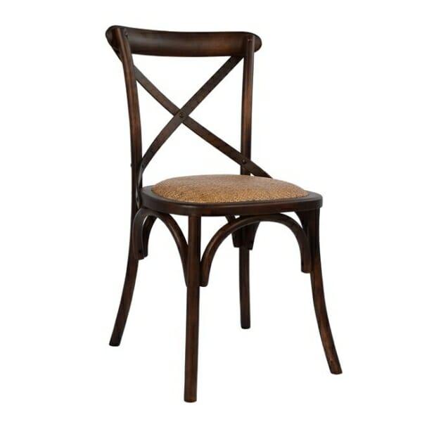 Класически дървен стол от бреза и ратанова седалка в кафе