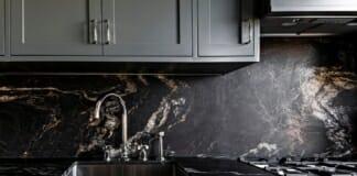 Кухня с гранитен плот и гръб