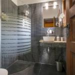Lavanda Bed and Breakfast - баня в сиво и бяло