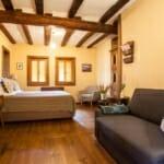 Lavanda Bed and Breakfast - спалня с диван