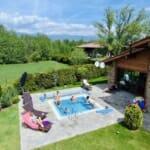 Luxury Chalet & Spa Tia Maria - басейн и градина през лятото