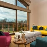 Luxury Chalet & Spa Tia Maria - всекидневна с цветни мебели и уникална планинска гледка