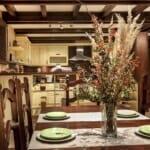 Villa Chalet Everest -маса за хранене във всекидневна